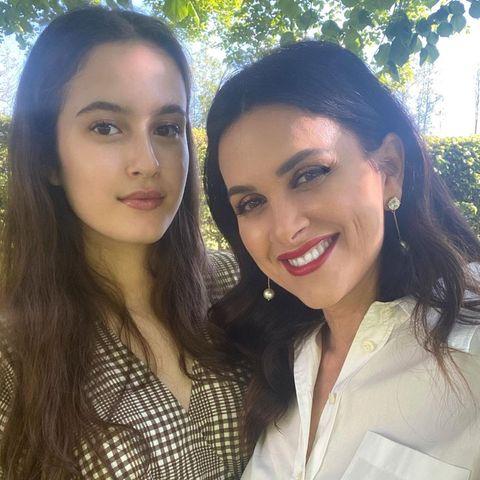 Der Apfel fällt nicht weit vom Stamm: Die im Libanon geborene Viktoria Lauterbach strahlt mit ihrer Tochter Maya um die Wette. Während die Mama auf knallrote Lippen und dunkel geschminkte Augen setzt, mag es ihre Tochter (noch) eher natürlich.