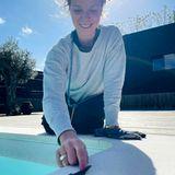 """""""Jeden Tag eine gute Tat"""", schreibt Schauspielerin Jessica Schwarz zu ihrem Foto auf Instagram. Mit ihrer kleinen """"Pool-Rettungsaktion"""" hat sie den neugierigen Mini-Gecko erfolgreich vor einem Kälteschock im Wasser bewahrt."""