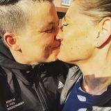 Da liegt Liebe in der Luft! Und Sonne! Und ein kleiner Lachflash! Dieses süße Knutsch-Foto postet Schlagersängerin Kerstin Ott und macht ihrer Frau Karolina damit eine Liebeserklärung, denn wie der Hashtag verrät, brauchen die beiden zum leben nicht mehr als Luft und Liebe. Wie schön!