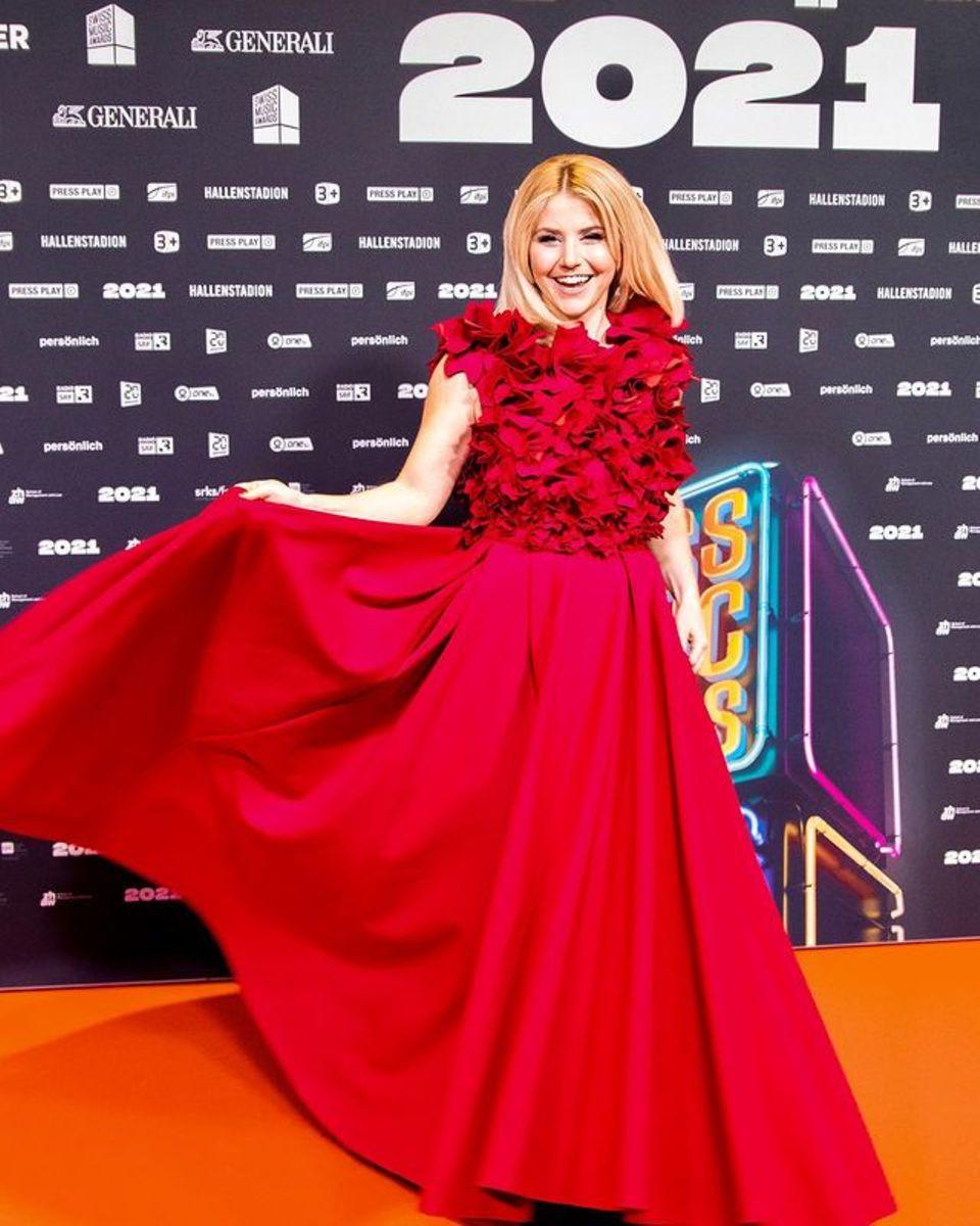 Endlich mal wieder auf einemroten Teppich stehen, den Fotografen zu lächeln und ein wundervolles Kleid tragen: Für Sängerin Beatrice Egli gehörte das vor der Corona-Pandemie zum Alltag. Jetzt ist es auch für die Schweizerin ein besonderer Moment, den sie zu schätzen weiß. Für die Swiss Music Awards hat sie ein atemberaubend schönes Kleid der Designerin Irene Luft gewählt. Das bodenlange Kleid ist nicht nur durch seine Farbe ein toller Hingucker, auch die 3D-Blüten-Applikationen am Oberteil machen es zu etwas Besonderem.