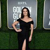 Schulter-und Beinfreiheit: Catherine Zeta-Jones weiß sich im klassischen schwarzen Abendkleid in Szene zu setzen.