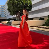 Auf dem leeren Teppich kommt der rote Glamour-Look von Sarah Hyland fast noch besser zur Geltung.