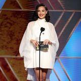 """Als Präsentatorin der Golden Globes zeigt sich """"Wonder Woman""""-Star Gal Gadot im weißen, hochgeschlossenen Mini-Dress lässig und sexy zugleich."""