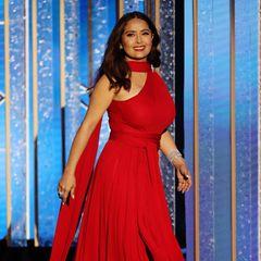 Salma Hayek braucht keinen roten Teppich, um einen Wow-Auftritt hinzulegen: Sie trägt eine Robe von Alexander McQueen.