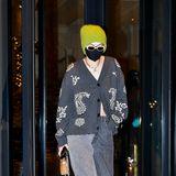 Unter der Mütze schwer zu erkennen aber: Hier schleicht sich Topmodel Gigi Hadid am Rande der Fashion Week in Mailand aus dem Hotel. Und sie ist trotz Corona-Lockdownnicht der einzige Star vor Ort ...