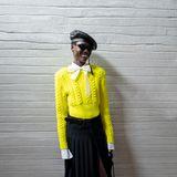 Wow, so elegant kann ein kanariengelber Strickpulli aussehen: Für die Philosophy By Lorenzo Serafini Fashion Show wird er zuSchluppenbluse und plissiertem Maxi-Rock gestylt.