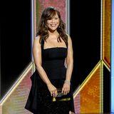 Eleganten Glamour im Neckholder-Look bringt Präsentatorin Rosie Perez auf die Golden-Globes-Bühne.