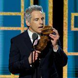Auch Ben Stiller war während der Quarantäne nicht faul, wie er bei der Verleihung beweist. Auf der Bühne präsentiert er sein selbst gebackenesBananenbrot in Form derbegehrten Golden-Globe-Trophäe.