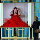 """Im roten Abendkleid sitzt Rosamund Pike alleine im Hotel vor dem Bildschirm, als sie die tolle Nachricht von Ben Stillererfährt. Die Schauspielerin gewinnt denGolden Globe als beste Hauptdarstellerin in der Kategorie Komödie/Musical für die bissigeSatire """"I Care a Lot""""."""