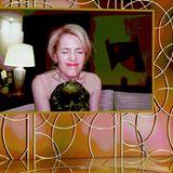 """Auch Gillian Anderson ist ganz aus dem Häuschen, als sie via Livestream als beste Nebendarstellerin in der Erfolgsserie """"The Crown"""" ausgezeichnet wird."""