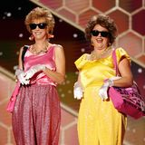 """Als schillernde Charaktere ihres neuen Comedy-Films """"Barb AndStar Go To Vista Del Mar"""" sorgen die Schauspielerinnen und Drehbuchautorinnen Kristen Wiig undAnnie Mumolo für gute Laune."""