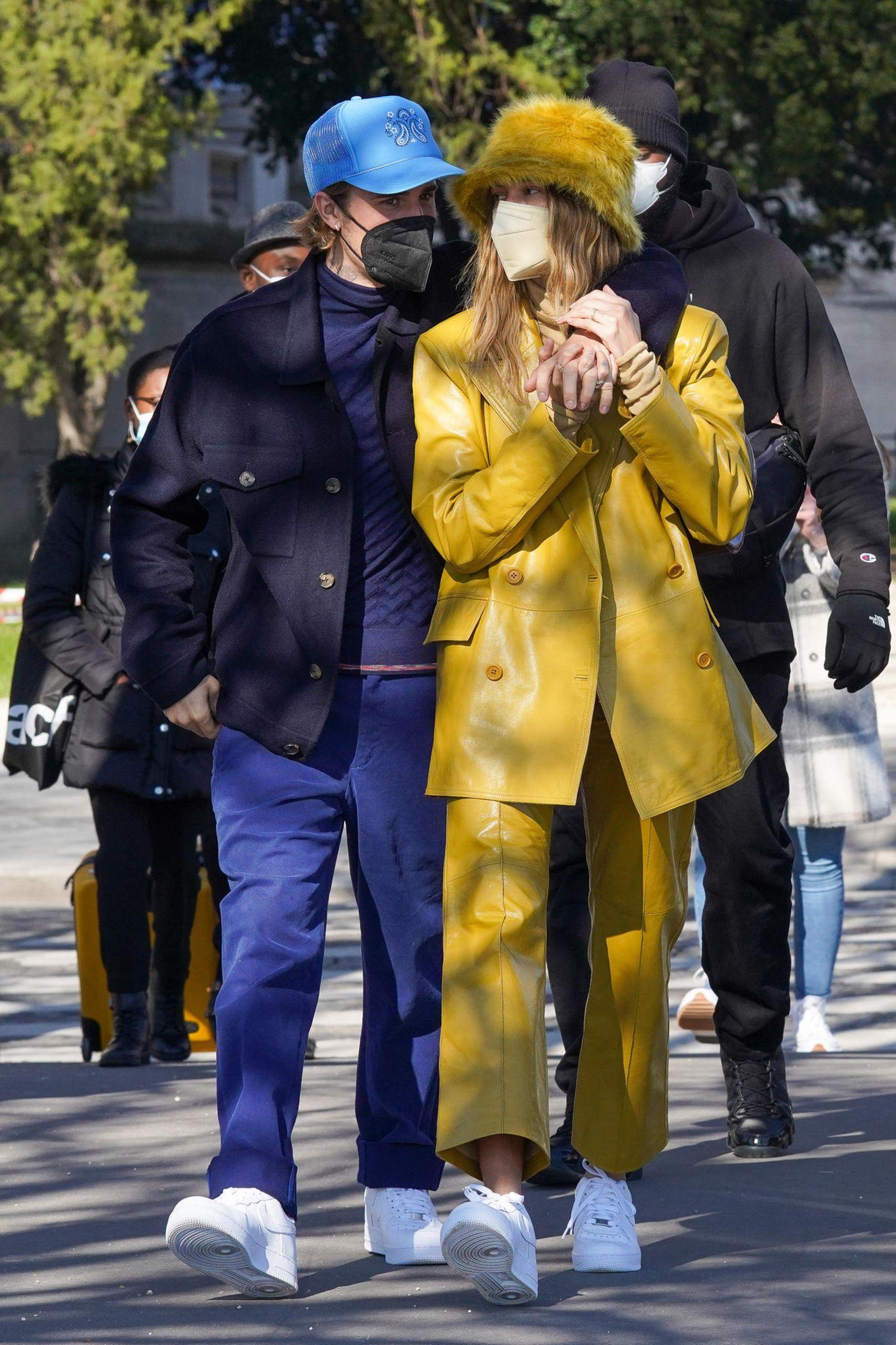 Also unauffällig ist etwas anderes! Hailey und Justin Bieber verbringen ein paar romantische Tage in Paris. Ganz entspannt schlendert das Pärchen händchenhaltend durch die Stadt der Liebe. Ob sie dabei ihre Privatsphäre so richtig genießen können? Während sich Justin mit gedeckten Farben, Mundschutz und tief sitzender Cap etwas mehr undercover zeigt, geht Hailey in ihrem Lederlook von Stand Studio in die Vollen und zieht dabei so einige Blicke aus sich.
