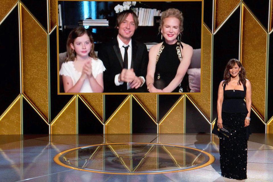 Faith Margaret und ihre Eltern grüßen corona-konform von der Couch.