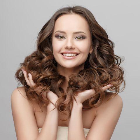 Wie hält Haarfarbe länger: Frau mit Locken