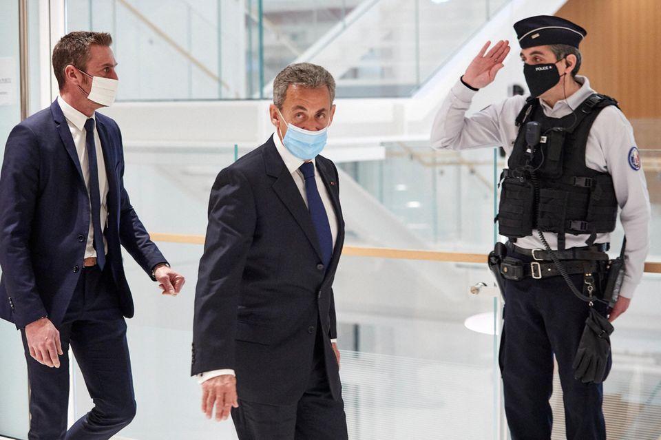 Der frühere französische Präsident Nicolas Sarkozy verlässt das Gericht, nachdem er am 1. März 2021 in Paris wegen Korruption und Einflussnahme für schuldig befunden wurde.
