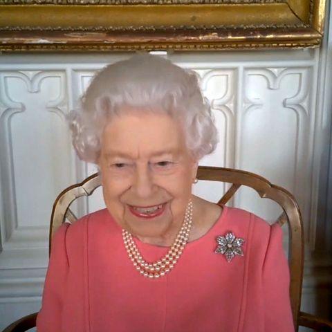 In einem Video-Call spricht Queen Elizabeth über ihre kürzlich erfolgteCorona-Impfung. Damit möchte die 94-Jährige ihre Landsleute motivieren, sich ebenfalls gegen das Virus zu schützen. Für den Auftritt hat sich die Queen eine besondere Brosche angesteckt: dieDiamond Clematis Brooch. Es ist ein offenes Geheimnis, dass die Königin Broschen nutzt, um non-verbale Nachrichten abzusenden. Der Empfänger könnte dieses Mal niemand Geringeres als Prinz Philip sein.