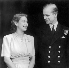 """Der 99-Jährige liegt seit einigen Tagen im Krankenhaus. Und was hat die Brosche nun damit zu tun? Nun, am 10. Juli 1947 trägt die damalige Prinzessin Elizabeth die Brosche beim offiziellen Foto-Termin anlässlich ihrer Verlobung mitLeutnant Philip Mountbatten. Glücklich posiert das Paar für den Fotografen. Im Video-Call jetzt, über 73 Jahre später, könnte die Queen ein liebevolles Zeichen für ihren kranken Mann setzen: """"Ich denke an dich."""""""