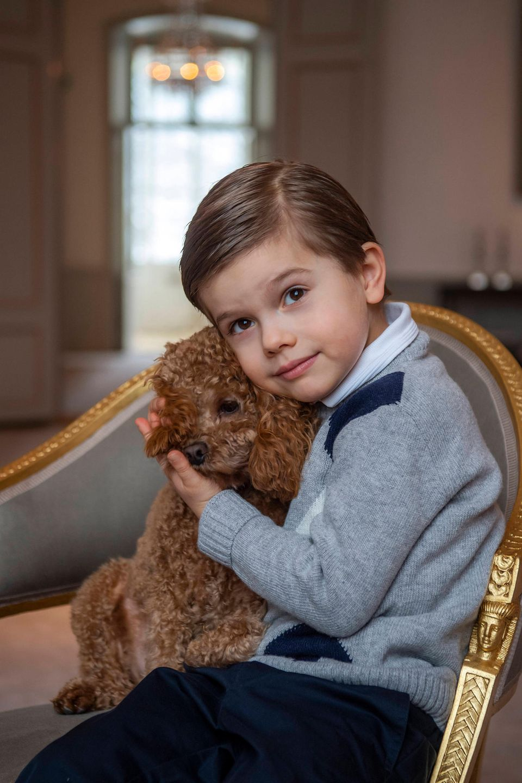2. März 2021  Grattis! Der kleine Prinz Oscar feiert schon seinen 5. Geburtstag, und zu diesem Anlass gibt es schöne neue Fotos aus dem schwedischen Königshaus. Hier kuschelt er mit dem Familienliebling Rio.