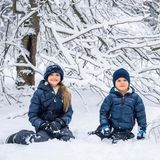 Auch ein schönes Winterfoto von Oscar und seiner großen Schwester veröffentlicht der schwedische Hof. Wir gratulieren ganz herzlich!