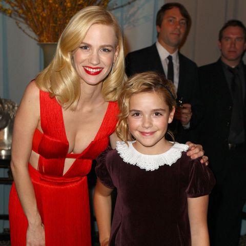 """January Jones und Kiernan Shipka posieren gemeinsam auf der Aftershow-Party der Golden Globes im Jahr 2011. Für die Erfolgsserie """"Mad Men"""" standen die Schauspielerinnen als Mutter-Tochter-Duo vor der Kamera. Jetzt, zehn Jahre später, rekreieren beide den Look..."""