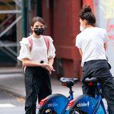 In Sachen Styling lernt Suri Cruise viel von ihrer Mama Katie Holmes. Hier sind die beiden im schwarz-weißen Partnerlook mit dem Fahrrad in New York unterwegs.