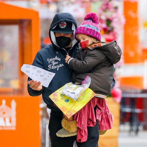 3. März 2021  Bradley Cooper spaziert mit Tochter Lea de Seine durch New York und betrachtet dabei stolz die Gemälde seiner kleinen Künstlerin. Ihre kreative Ader unterstreicht diesüße Trendsetterin auch mit ihren fröhlich-frechen Outfits, die stets für gute Laune sorgen.