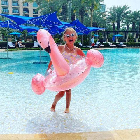 """""""Covid? Kenn ich nicht!"""" Das denkt sich wohl Sophia, die kleine Tochter von Multi-Millionenerbin Tamara Ecclestone, und plantscht lieber mit ihrem pinken Flamingo im Pool der Hotelanlage in Dubai."""