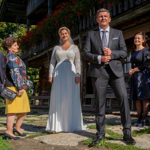 """Annes (Ines Lutz, M.) und Martins (Hans Sigl, 2.v.r.) großer Tag. Lisbeth (Monika Baumgartner, 2. v. l.) Lilli (Ronja Forcher, r.) und Hans (Heiko Ruprecht, l.) freuen sich für die beiden.""""Der Bergdoktor: Atemlos"""" am 4. März um 20:15 Uhr im ZDF."""