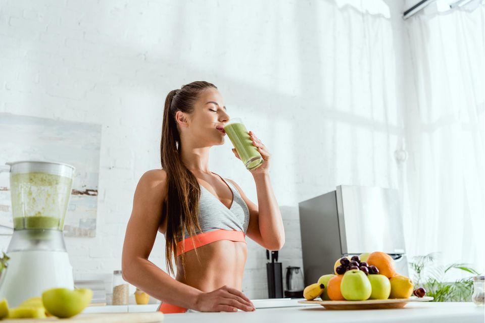 Detox Saftkur: Mit Säften den Körper entgiften, Saftkur, Sportliche Frau trinkt Saftkur