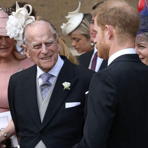 Prinz Philip und sein Enkel Prinz Harry (r.).