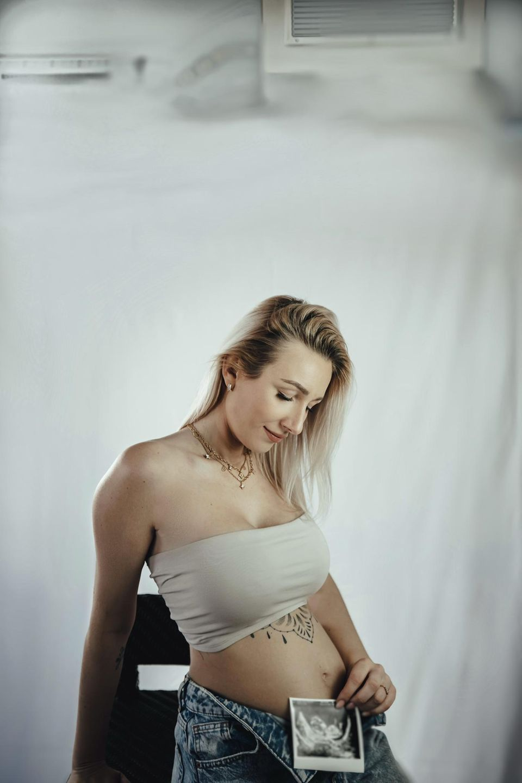 Jessica Neufeld zeigt das Ultraschallbild