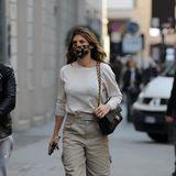 """""""George Clooneys""""-Ex Elisabetta Canalis, führt zur Fashion Week ihre luxuriöse Chanel-Tasche aus – ansonsten ist der Look eherlässig."""