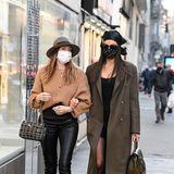 Stylisch in gedeckten Farben: Irina Shayk und Freundin Valentina Micchetti.