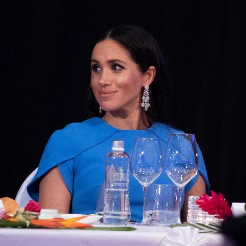 Beim Dinner in Suva, Fidschi, trägt Herzogin Meghan im Oktober 2018 die funkelnden Ohrringe von Chopard, deren Herkunft jetzt für Furore sorgt.