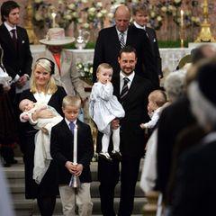 4. März 2006  Im Beisein zahlreicher Vertreter des europäischen Hochadels wirdder norwegische Prinz Sverre Magnusim März2006 in der Osloer Palastkapelle getauft. Zu seinem Ehrentag trägt derSohn von Prinz Haakon und Prinzessin Mette-Marit ein Taufkleid, das einst von seiner Urgroßmutter genäht wurde. Nachseiner älteren Schwester Ingrid Alexandra (hier auf PapasArm) steht der royale Spross nun andritter Stelle der Thronfolge. Sohn Marius (vorne im Bild), den Kronprinzessin Mette-Marit mit in die königliche Ehe brachte, ist hingegen in der Thronfolgeliste nicht mit aufgenommen.