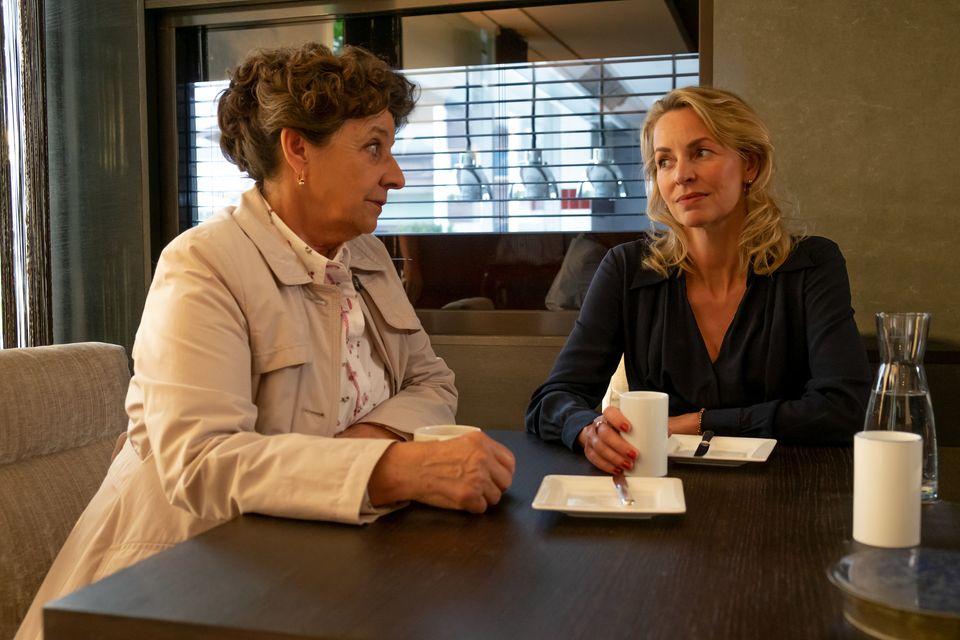 Franziska Hochstetter (Simone Hanselmann, r.) vertraut sich Lisbeth Gruber (Monika Baumgartner, l.) an. Sie hofft, dass Lisbeth zwischen ihr und Martin vermitteln kann.