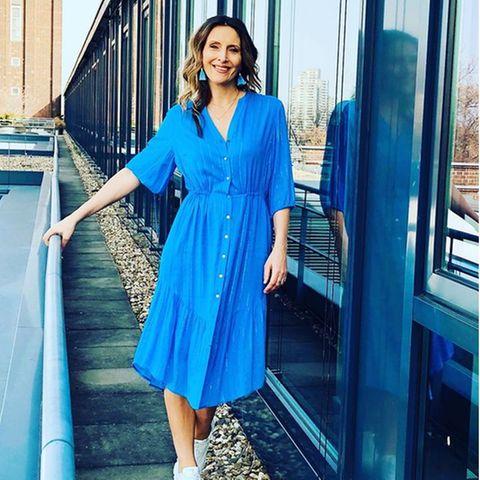 Roberta Bieling läutet in einem knallig-blauen Hemdkleid den Frühling ein. Dazu trägt sie weiße Sneaker und farblich abgestimmte Ohrringe. Scheint, als hätte sie sich den Look abgeschaut...