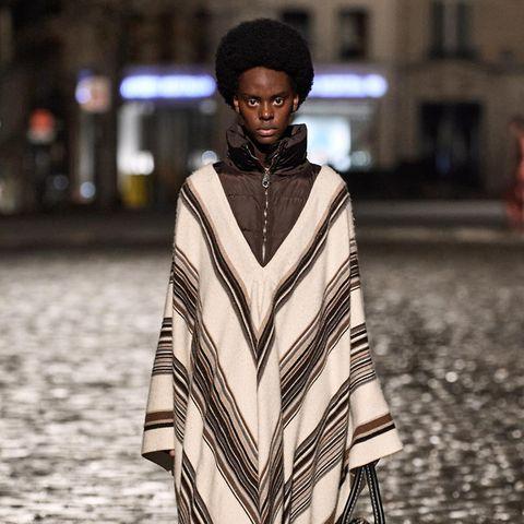 """Das französische Modehaus Chloé hat eine neue Kreativdirektorin - Gabriela Hearst. Bei der Modenschau, die auf den Straßen von Saint-Germain in Paris stattfand, handelt es sich nicht nur um das Debüt von Gabriela Hearst als neuer Kopf der Luxusmarke, sondern auch den 100. Geburtstag von Gaby Aghion, der Gründerin von Chloé. """"Eine Kollektion von Gabi für Gaby."""" heißt es in den Medien."""