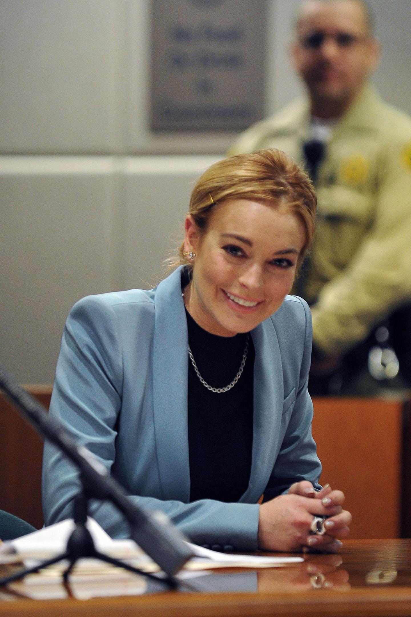 Für Lindsay Lohan war 2011 kein einfaches Jahr, das spiegelt sich auch optisch wider. Sie muss sich wegen Ladendiebstahl und Trunkenheit am Steuererneut vor einem Gericht in Los Angeles verantworten. Doch das Urteil fällt positiv aus, die Delikte aus den vorherigen Jahren sind beglichen, solange die Schauspielerin nicht erneut gegen das Gesetz verstößt. In den nächsten zehn Jahren wird es ruhiger um den Ex-Disney-Star.