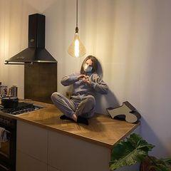 Ruby O. Fee in ihrer Küche