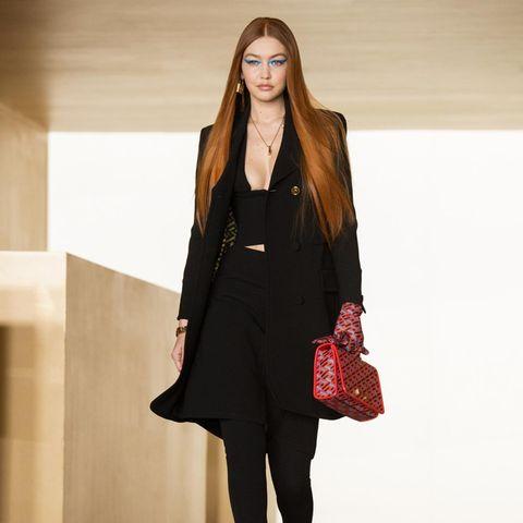 Gerade mal ein halbes Jahr ist es her, dass Topmodel Gigi Hadid ihre Tochter auf die Welt brachte. Nachdem sie vor ein paar Wochen mit ihrem Vogue-Cover ihre Babypause beendete, feiert sie nun auch ihr Runway-Comeback. Mit Topfigur und feurigen Ginger-Haaren sieht man sie bei der Modenschau von Versace. Doch dabei hat sie natürlich familiäre Unterstützung...