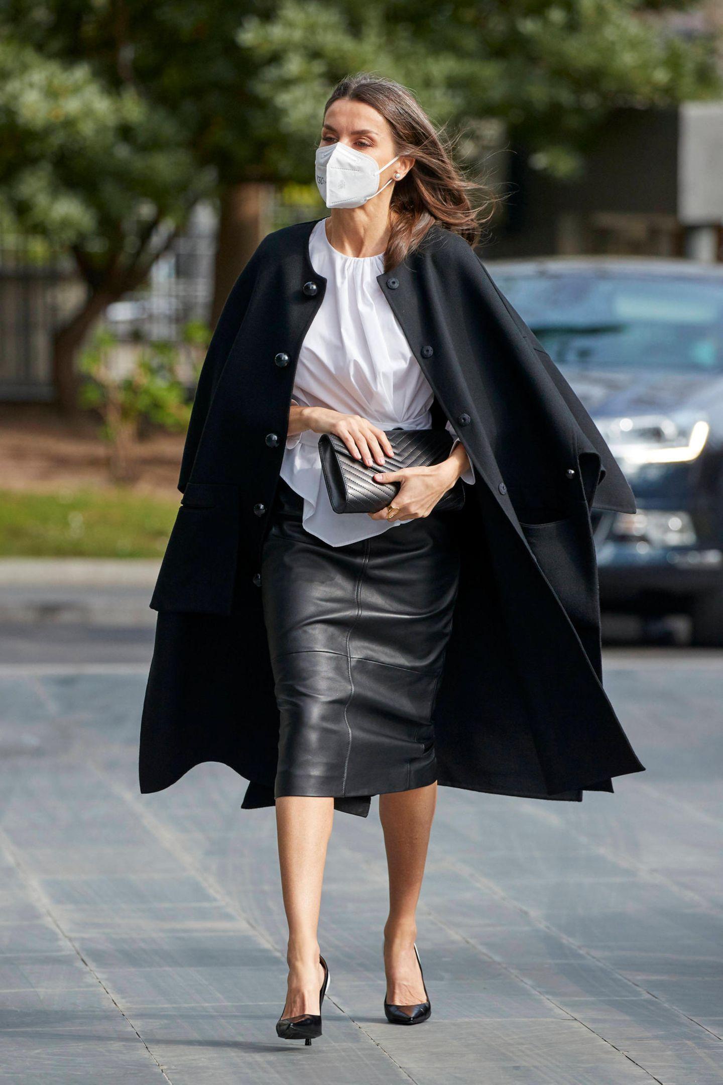 Letizia ist nicht nur Königin von Spanien, sondern auch Königin der Mode. Mal wieder beweist sie bei einem öffentlichen Auftritt ihr Trend-Gespür und kombiniert einen Bleistiftrock aus Leder zu High Heels und geraffter Bluse. Vor allem der Cape-Mantel gibt ihrem Look das ultimative Upgrade. Sie hat es drauf!