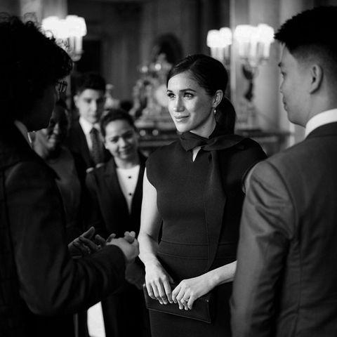 Herzogin Meghan bei ihrem letzten Solo-Auftritt als Senior Royal im Buckingham Palast. Das Foto, so wollen es Meghan und Harry, darf nur in Schwarz-Weiß gezeigt werden.