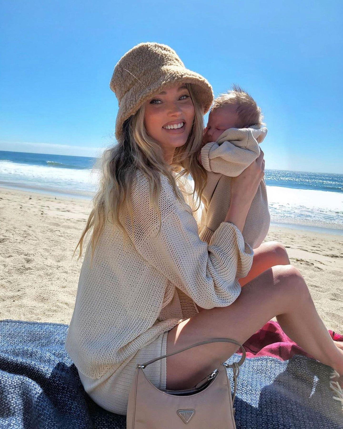 6. März 2021  Kann es etwas Schöneres geben als ein Familientag am Strand bei strahlend blauem Himmel? Wohl kaum, besonders wenn es der allererste im Leben eines Neugeborenen ist.Und Neu-MamaElsa Hosk genießt ihre Sonnenstunden mit ihrer Tuuli sichtlich.