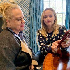 """So geht das, Mama ... Was Memes sind und wie TikTok funktioniert zeigt Reese Witherspoon hier ihrer MutterBetty. Vor allen Dingen aber, was es mit ihrerBücher-App """"Reese's Book Club"""" auf sich hat."""
