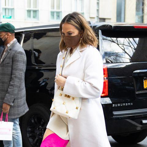 Model und Zweifach-Mama Chrissy Teigen trägt die ultimative Farbkombi: Weiß und Pink. Zugegeben, diese pinken Overknees sind definitiv nicht basic, sie machen ihren schlichten Look allerdings richtig stylisch. Einfach der Hammer!