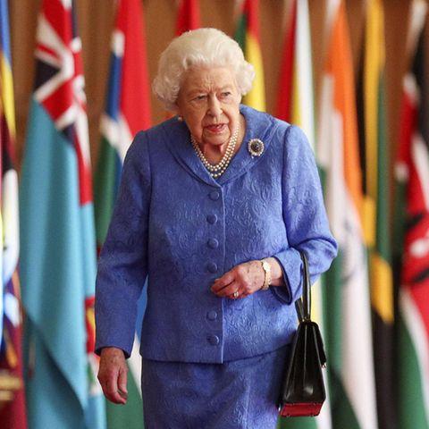 6. März 2021  Der Commonwealth Day (8. März 2021) wirdin diesem Pandemie-Jahr etwas anders begangen als sonst. Der britische Königshof lässt es sich trotzdem nicht nehmen, ein neues Foto von Queen Elizabeth zu veröffentlichen, ein schönes Zeichen in diesen unruhigen Tagen. Hier passiert die Königin dieFlaggen des Commonwealth in der St. George's Hall auf Schloss Windsor im Rahmen der diesjährigen Feierlichkeiten.
