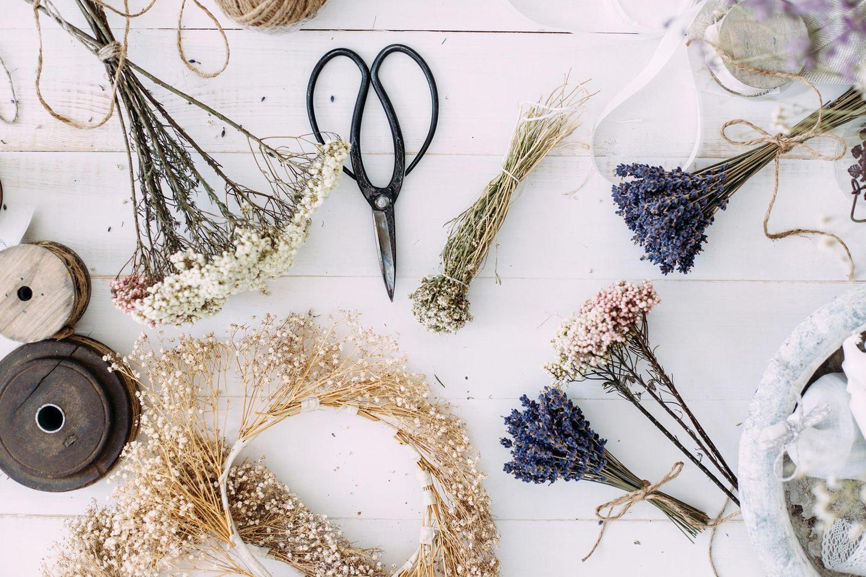 Trockenblumen auf einem Tisch, Schere, Lavendel, Trockenblumenkranz