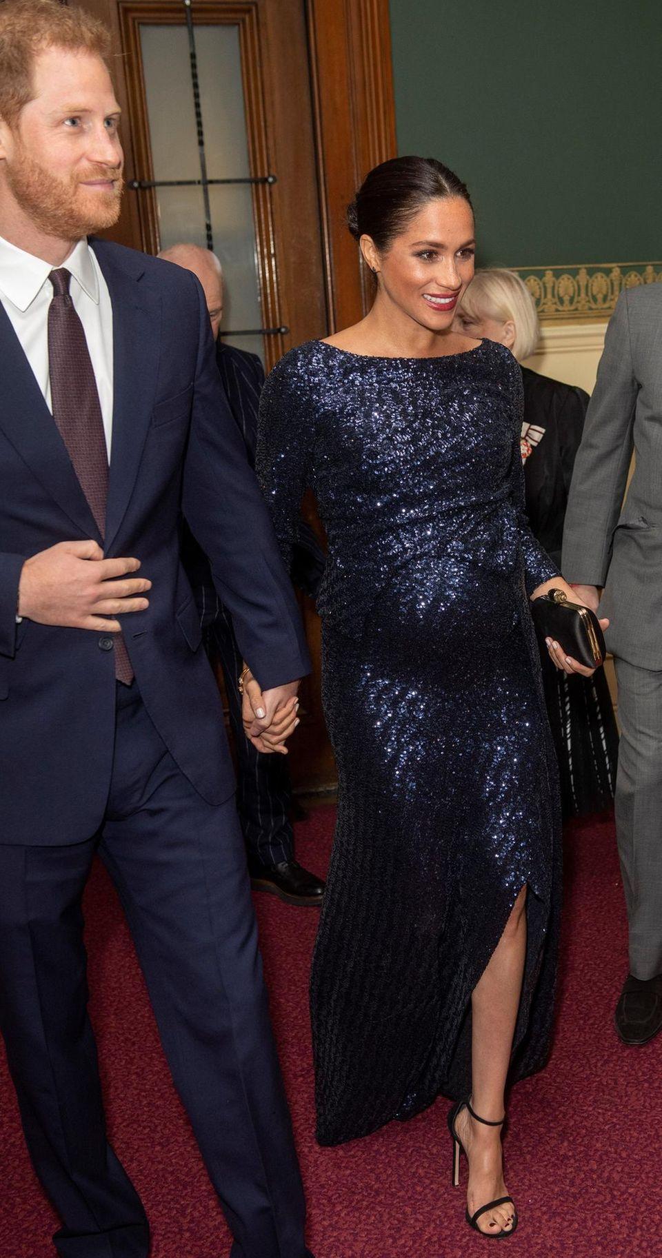 Herzogin Meghan lacht, als sie in die Royal Albert Hall kommt. In ihr soll es anders – sehr düster – ausgesehen haben.