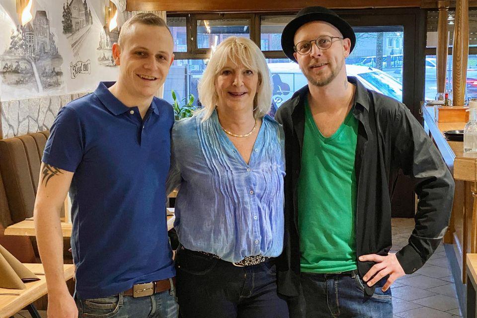 """""""Schwiegertochter gesucht"""": Die Brüder Ben (links) und Mike mit ihrer Mutter Mireille"""